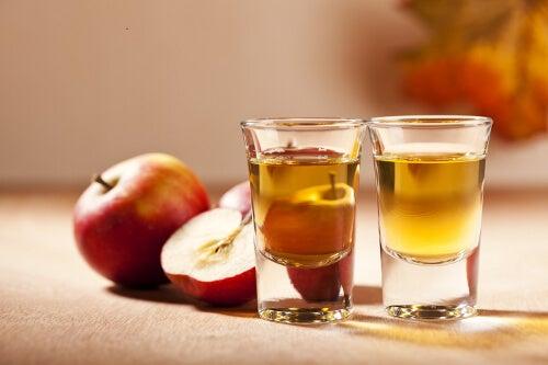 Apfelessig in Wasser: ein vielfältiges Hausmittel