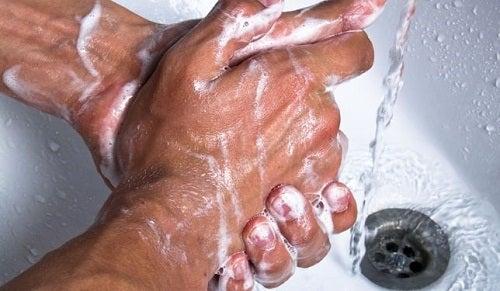 Hände-waschen-und-Bakterien-beseitigen