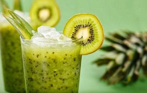 die Kiwi schmeckt in Getränken köstlich