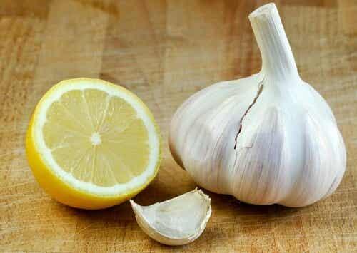 Mit Zitrone und Knoblauch gegen Bauchfett?
