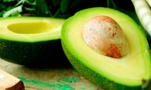 Avocado enthält gesundes Fett und hilft beim Abnehmen am Bauch