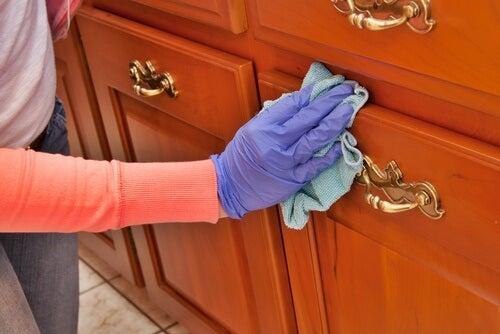 Wie man mit Hausmitteln Holz reinigen und polieren kann