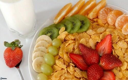 Müsli und Obst zum Frühstück