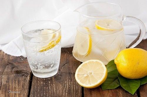 Wenn dem Körper Wasser fehlt, solltest du darauf achten, genug zu trinken