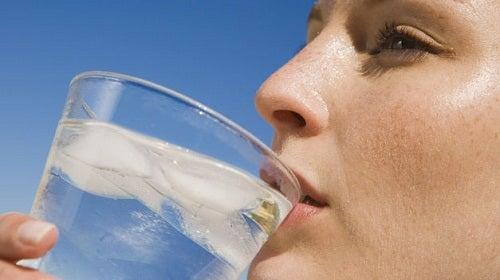 Frau trinkt warmes Wasser