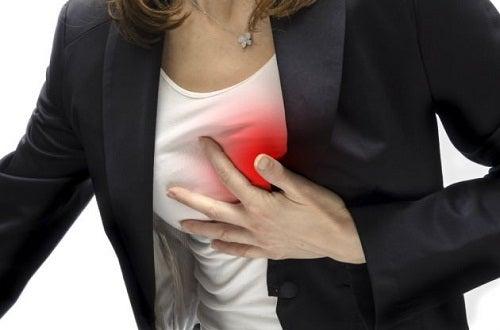 brustschmerzen-frau
