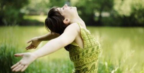Frau fühlt sich gut im grünen Feld