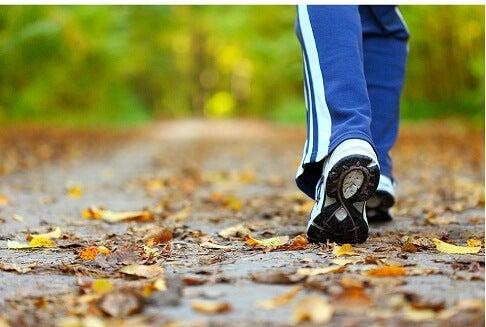 Zwei Füße gehen spazieren