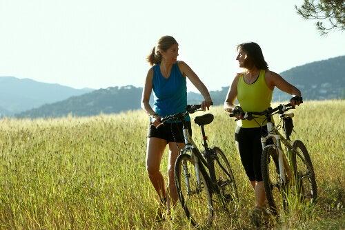 Zwei Frauen beim Radeln