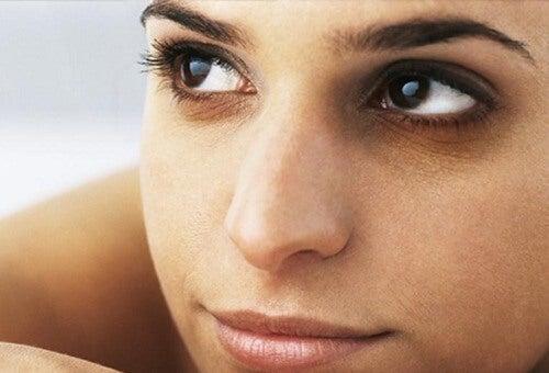 Kosmetikfehler verstärken Augenringe