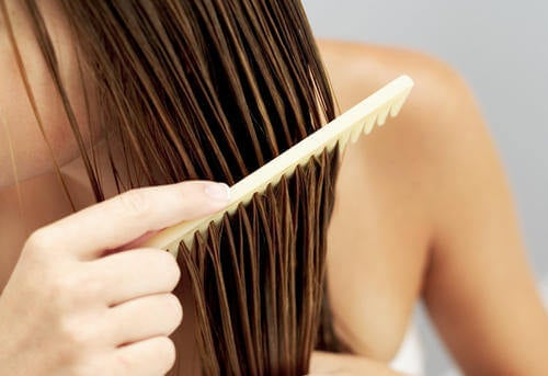 Kosmetikfehler - schmutzige Kämme für die Haare