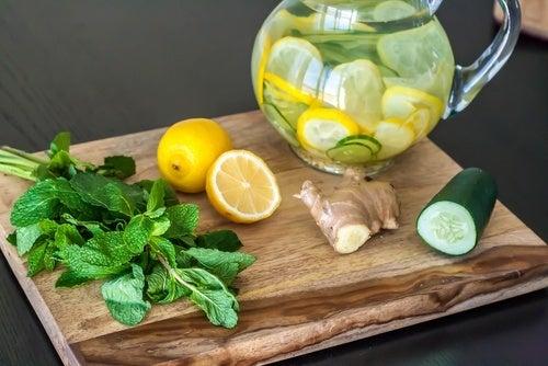 Entgiftungskur mit Zitrone, Ingwer und Gurke