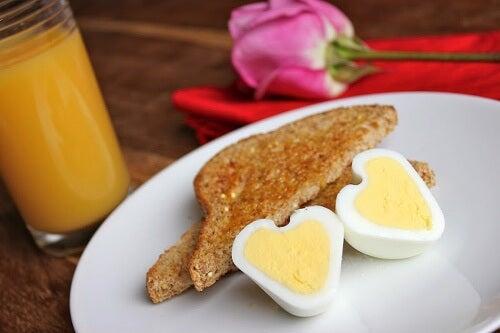 Wie macht man herzförmige Eier?