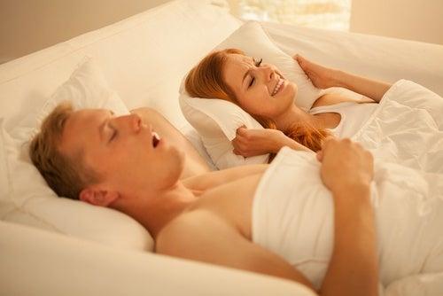 Körpergeräusche im Bett: Schnarchen