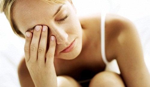 Frau leidet an Stress und Müdigkeit