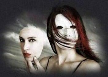 Frau nimmt Maske ab