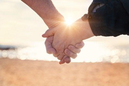 glückliche Paare geben sich die Hände