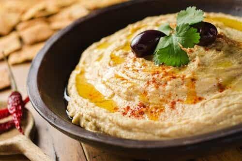 Hummus: Dieses nährstoffreiche Kichererbsenpüree sorgt für gute Laune!