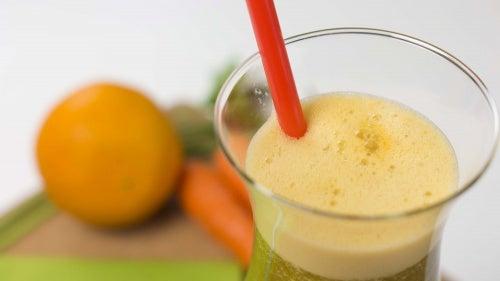 Karotten-Orangen-Petersilien-Saft zum Abnehmen