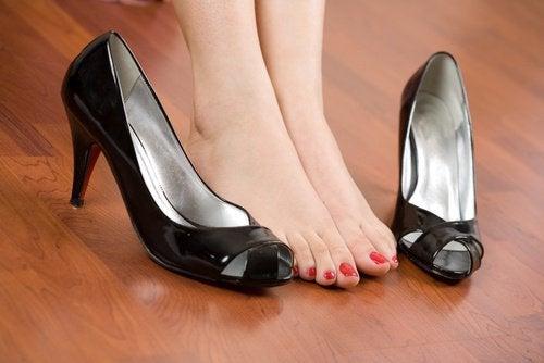 Unbequeme Schuhe und schmerzende Füße? Einfache Hausmittel helfen