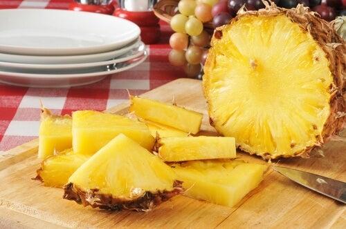 Ananas ist ein gutes Hausmittel gegen geschwollene Füße
