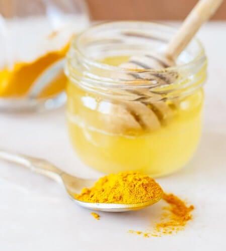 Zubereitung-von-Kurkuma-mit-Bienenhonig