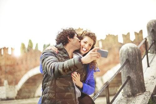 Pärchen macht Selfie mit historischem Hintergrund