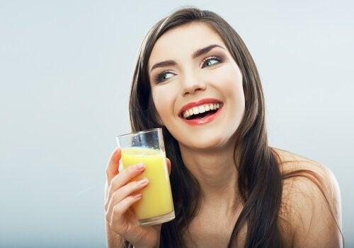 Ananaswasser-trinken