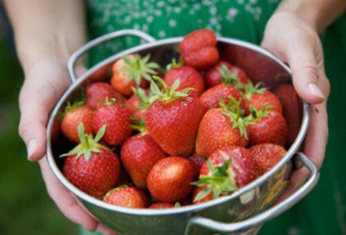 7 unglaubliche Effekte, die Erdbeeren auf die Haut haben