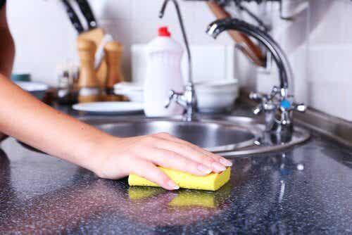 Sie stecken voller Bakterien - so kannst du Küchenschwämme desinfizieren