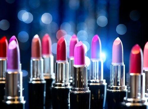 Lippenstift auf Kleidung