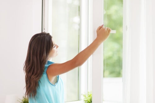 Frau am Fenster mit trockenem Auge