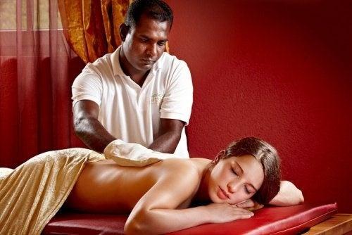 Massage gegen Regelschmerzen