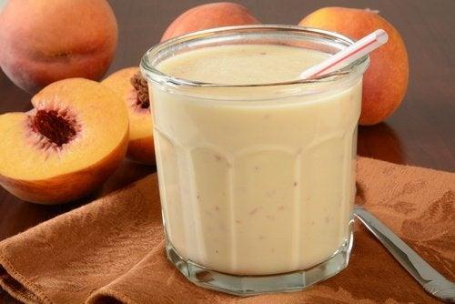 Smoothie-mit-Joghurt-und-Pfirsich-500x334