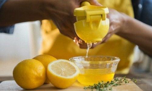 Zitronensaft für die Haarentfernung zu Hause