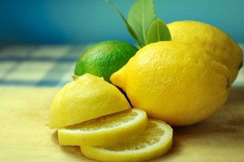 mit Zitronenscheiben Haut im Intimbereich aufhellen