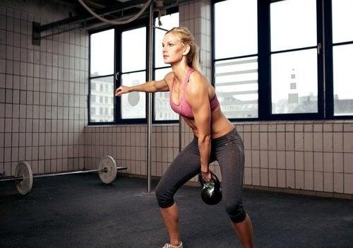 Hantel-Übung, mit der du bis zu 300 Kalorien verbrennen kannst