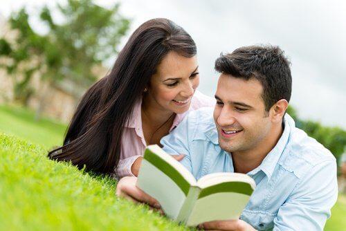 glückliche Paare lesen gemeinsam