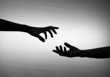 Freunde reichen sich die Hände