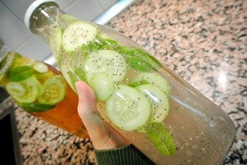 Gurgen-Ingwer-Zitronen-Wasser für die Schilddrüse