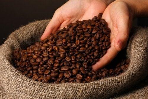 Kaffee gegen geschwollene Augen