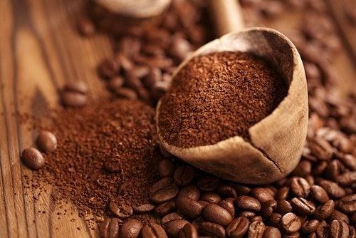 Kaffeepulver gegen geschwollene Augen