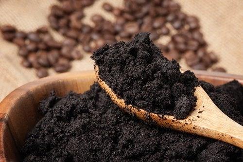 Kaffeesatz gegen geschwollene Augen