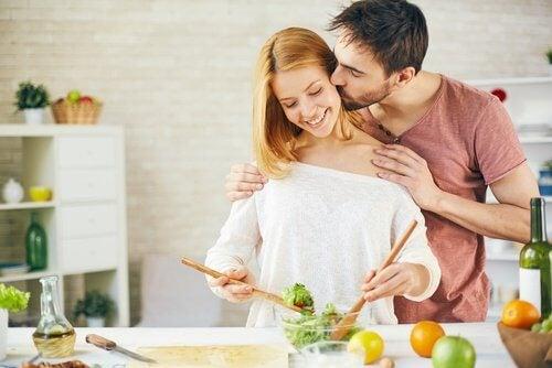 glückliche Paare kochen zusammen
