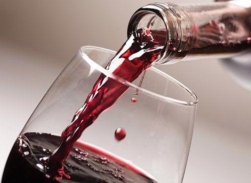 Rotwein wird eingegossen