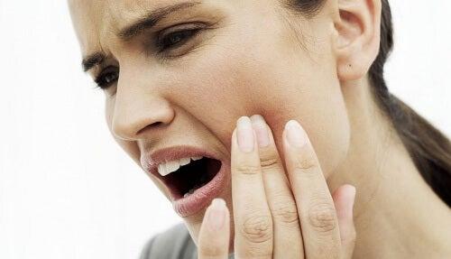9 natürliche Heilmittel gegen Zahnschmerzen