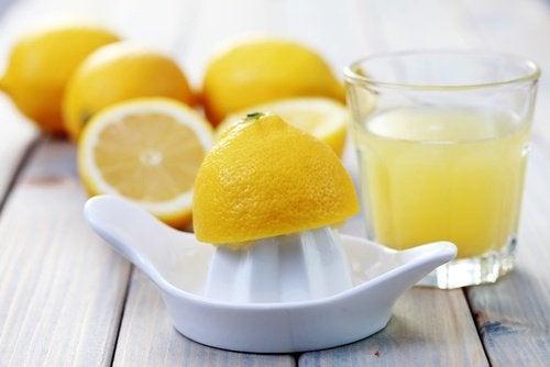 Zitronen-auspressen