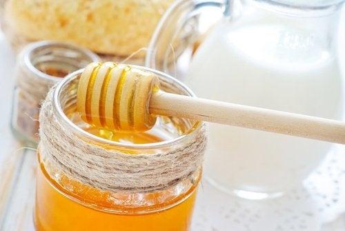 Behandlung mit Honig und Milch gegen Falten