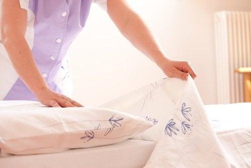 Das Bett regelmäßig reinigen