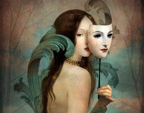 Frau mit Maske auf dem Weg
